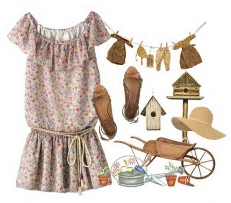 Rengarenk çiçekle bezenmiş kısa mini elbiseyle, ten rengi düz sandaletle günlük giyiminiz için uyum yakalamak mümkün